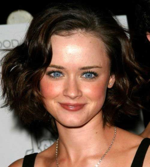 Stylish Short Haircuts for Wavy Hair