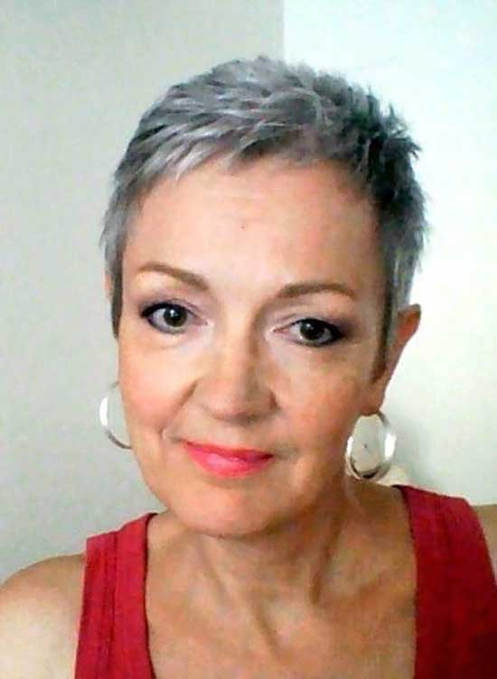 Short Haircuts for Women Over 60-28