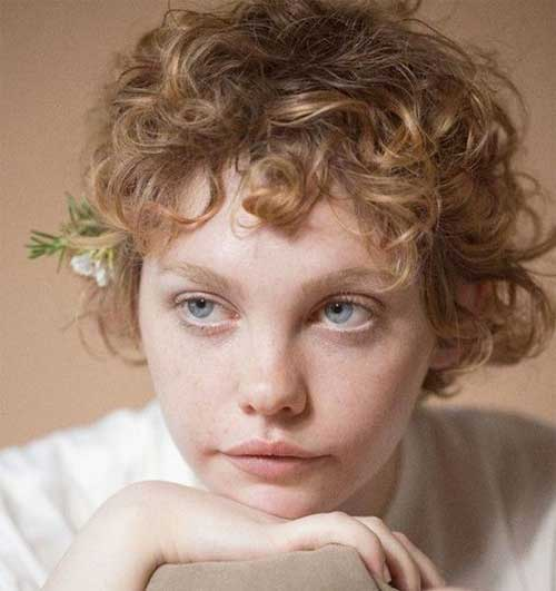 Aesthetic Pixie Haircuts for Curly Hair-17